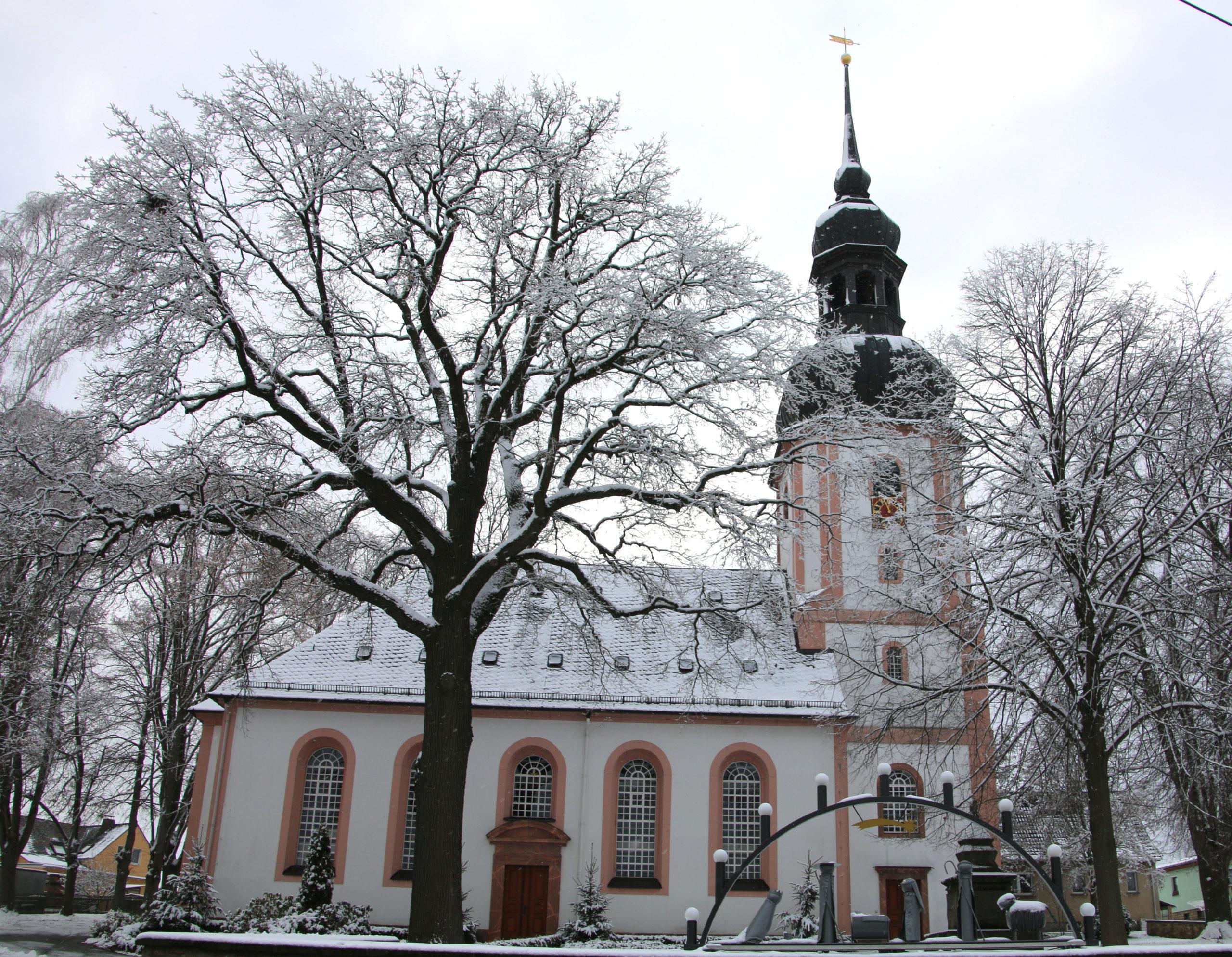 Die Johanniskirche in Russdorf im Winter
